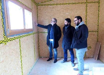 Construeixen una casa de fusta de tres plantes