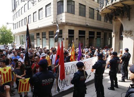 """Uns 150 independentistes protesten contra Rajoy i l'""""humiliant"""" parador"""