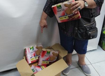 Troben galetes del banc d'aliments a la brossa
