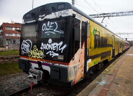 Nou atac de grafiters contra el tren a Cervera