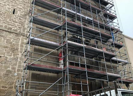 Retiren les bastides de la façana de l'església de Montgai