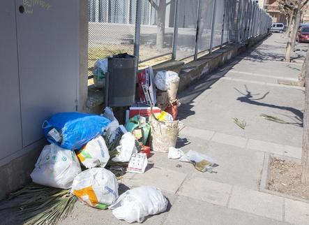 Veïns de Tàrrega continuen deixant les bosses de brossa a terra