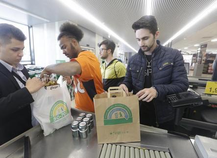 Els supermercats 'jubilen' les bosses de plàstic