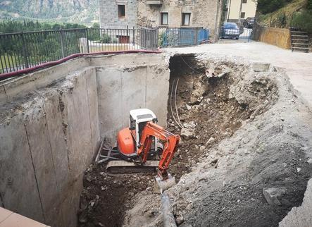 El Pont excava una plaça per salvar la humitat que amenaçava un mur