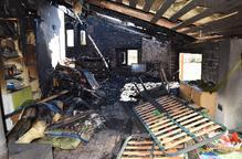 Un foc en una xemeneia destrueix un habitatge a Ribera d'Urgellet