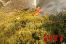 L'incendi de pastures de Garòs segueix actiu i ha calcinat 400 ha
