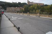 Balaguer canvia els pilons del pont de Sant Miquel per barreres de seguretat