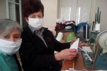 Voluntàries confeccionen mascaretes per a la Residència de Torà