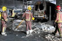 Un incendi calcina un taller de cotxes al polígon El Segre