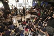 Concert sorpresa de Sopa de Cabra al mercat de Cappont