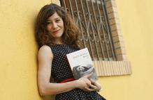 """Àngels Bassas reivindica la seua """"segona vocació"""" amb la primera novel·la 'Dóna't'"""