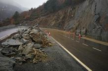 Una allau de roques talla la via de Vielha a Vilamòs i la Bonaigua, amb cadenes