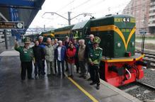Un grup de turistes de centreeuropa estrena la 10a temporada del Tren dels Llacs tot i el mal temps