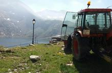 Transporten un tractor al telefèric de la Vall Fosca