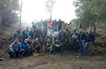 Una trentena de voluntaris netegen la serra de Rosselló