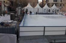 Desmunten la pista de patinatge sobre gel de la plaça Sant Joan