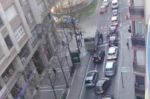 Denuncien trànsit caòtic a Lluís Companys per cotxes mal aparcats