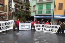 Més de cent jubilats d'Endesa protesten al Pont de Suert