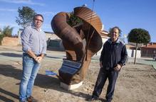 Un artista d'Anglesola dóna a la localitat una escultura creada amb els seus dos fills