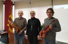 Donen dos violins a l'Escola Municipal de Música de Tremp