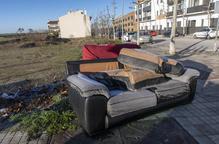 Apareixen abandonats dos sofàs en una avinguda de la Segarra