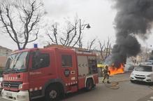 Un incendi de contenidors danya tres cotxes a Doctor Combelles