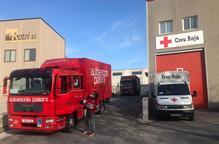 Voluntaris de Creu Roja entreguen medicaments de farmàcies a domicili