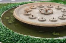 Queixes per la fetor d'aigua estancada a la font de la plaça Catalunya