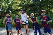 Nens nenes jugant patinet carrers Lleida mascaretes infantils