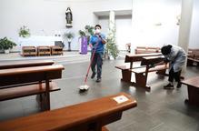Tasques de desinfecció ahir a l'església de Santa Teresa Jornet al barri de Cappont