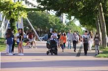 Persones passejant amb i sense mascareta per la plaça Blas Infante