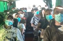 Temporers romanesos, a l'interior d'un dels autobusos que van arribar ahir a Lleida