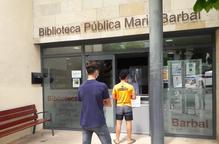 usuaris Biblioteca Pública Tremp torn recollir llibre Maria Barbal