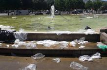 Bosses de plàstic terra en una font de Pardinyes