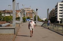 Vianant amb mascareta pel pont del rio Segre. Arxiu