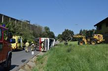 Aparatosa bolcada d'un camió a Montferrer