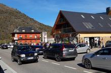 L'anunci de confinament a França genera cues als estancs i supermercats de Les i Bossòst