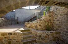 El carrer del Forn i l'església de Nalec, connectats per escales