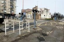 FGC renova el pas a nivell del tren al centre de Balaguer