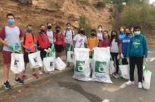 Alumnes d'ESO de l'Escola Vedruna de Tàrrega fan una batuda de neteja mediambiental al Parc de Sant Eloi