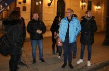 Despengen la bandera espanyola de la façana de la Paeria durant una concentració que ha aplegat unes 200 persones