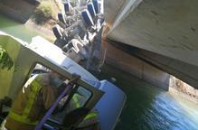Els Bombers intenten rescatar un camioner que ha caigut al canal d'Balaguer a Alcoletge