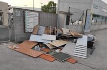 Queixes a Tàrrega per residus davant de la deixalleria