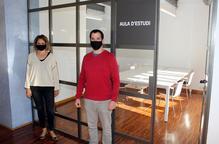 El regidor de Cultura, Carlos Vílchez, i la directora de la Biblioteca, Emma Novell, a la nova sala d'estudi
