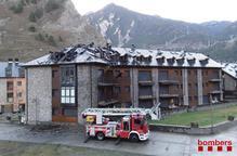 Un incendi crema part d'un edifici d'apartaments de Llavorsí