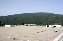 Pla general de la zona d'aparcament dels avions i dels hangars de l'aeroport d'Andorra - la Seu d'Urgell vista des de la torre de control