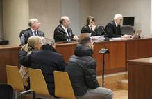 El matrimoni acusat de simular accidents per cobrar d'assegurances i un dels homes a qui van pagar per pactar l'accident amb la dona, asseguts a l'Audiència de Lleida, amb els seus advocats al fons.