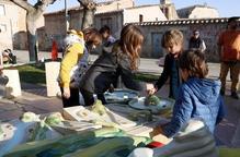 Infants juguen a Bellpuig amb alguns dels jocs que formaran part de l'espectacle del nou muntatge que Puck Cinema Caravana estrenarà a la Fira de Titelles de Lleida
