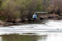 Imatge de l'helicòpter del COPATE fumigant contra a mosca negra al riu Segre, prop de la depuradora de Lleida
