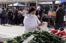 Parades d'alimentació més espaiades i amb més vendes al mercat dels dissabtes de Lleida